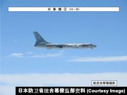 2019年4月1日飞越宫古海峡的中国海军军机轰-6轰炸机(日本防卫省统合幕僚监部资料)