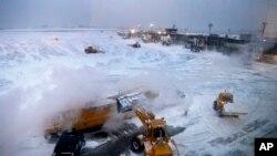 Прибирання снігу біля виходів C та D в терміналі В в аеропорту ЛаГардія в Нью-Йорку. 4 січня 2018 року