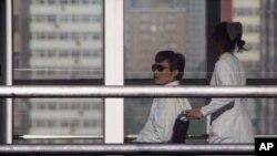 Chen Guangchen Pekin'de bir hastanede ailesiyle buluşmaya giderken