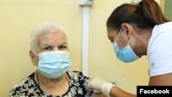 Las autoridades costarricenses están intensificando su campaña de vacunación. Foto cortesía del Presidente Costa Rica en su cuenta de Facebook.