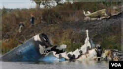 Petugas penyelamat Rusia terlihat berada di dekat lokasi jatuhnya pesawat penumpang Yak-42, di sungai Volga, dekat kota Yaroslavl (7/9).
