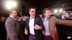 Mitt Romney (au c.), après un meeting au Royal Oak Theater (à Royal Oak, Michigan) le 27 fév. 2012