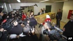Jurnalistlar fransuz fotomuxbir Remi Oshli tobuti Damashq kasalxonasidan olib chiqilayotgan damda. 2012-yil mart. Suriya.