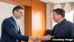 Giới chức cấp cao của Ủy Ban Thường Vụ DCSTQ gặp ông Michael Kovrig ở Bắc Kinh ngày 7/8/2018