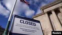 연방정부가 '셧다운'을 돌입한 22일 국가문서기록관리청 앞에 폐쇄 공고판이 세워져 있다.