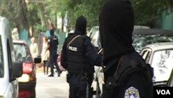 Arkiv. Policia e Kosovës gjatë një operacioni arrestimesh