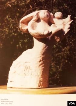 Một bức tượng Mẹ Con khác, chất liệu thạch cao của Mai Chửng thực hiện ở Hawaii 1990; nguồn kiếm sống với toàn thời gian của Mai Chửng ở Hawaii tới 1997 là nghề lái taxi. [tư liệu gia đình Mai Chửng]