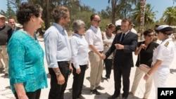 Le président français Emmanuel Macron (en noir) lors d'une visite sur une des îles contestées dans l'océan Indien, le 23 octobre 2019. (Photo: JACQUES WITT / POOL / AFP)