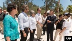 Le président français Emmanuel Macron lors d'une visite sur l'île de la Grande Glorieuse, située dans un archipel de l'océan Indien dont la souveraineté française est contestée par Madagascar, le 23 octobre 2019.