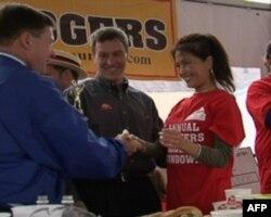 李蕙在罗伊·罗杰斯的吃汉堡大赛赢得第三名