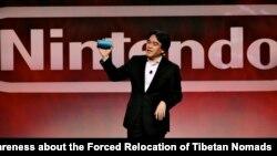 E3 Nintendo Saturo Iwata, Président de Nintendo Co. Ltd, annonce officiellement la Nintendo 3DS, la première portable système de jeu en 3D, lors de l'E3 la présentation de Nitendo au Nokia Theatre LA LIVE, mardi 15 Juin 2010, à Los Angeles.