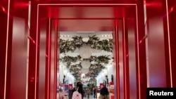"""2020年11月27日,消费者进入提早开门的纽约曼哈顿梅西先驱广场店。今年""""黑色星期五"""",在实体店购物的人数比去年感恩节后一日下降了52%,但当日在线销售则同比激增22%。"""