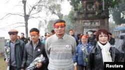 Nhà hoạt động chống Trung Quốc, Tiến sĩ Nguyễn Quang A tuần hành dọc theo Hồ Hoàn Kiếm ở Hà Nội để đánh dấu kỷ niệm năm thứ 35 Chiến Tranh biên giới Việt-Trung, ảnh chụp ngày 16/2/014.