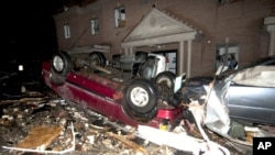 Xe cộ nằm chất đống trước Tòa thị chính sau trận lốc xoáy ở Kentucky