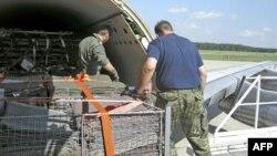 Një aeroplan i NATO-s me ndihma për Pakistanin arrin në Islamabad
