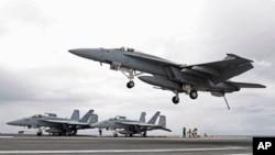 美軍F-18戰機在航母降落 (資料圖片)