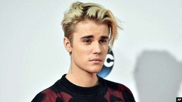 Justin Bieber arrives at the American Music Awards at the Microsoft Theater, Nov. 22, 2015, in Los Angeles.