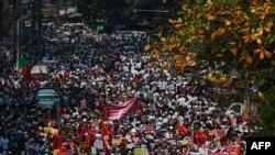 ရန္ကုန္ျမိဳ ့တြင္စစ္အာဏာသိမ္းမႈကိုဆန္ ့က်င္ဆႏၵျပခဲ့စဥ္ ( ေဖဖော္၀ါရီ-၂၂ )(Photo by Ye Aung THU / AFP)