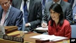 니키 헤일리 유엔주재 미국대사(오른쪽)가 북한의 ICBM 발사를 비난하고 있다.
