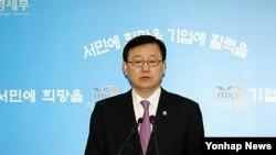 5일 과천 지식경제부 기자실에서 영광 원전 위조부품 공급 관련 브리핑을 하고 있는 홍석우 지식경제부 장관.