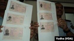 Imigrasi Surakarta menunjukkan salinan lembaran identitas paspor enam WNI asal Solo yang hilang di Turki (Foto: VOA/Yudha)