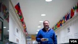Kineski umetnik i disident Aj Vejvej u sedištu Glasa Amerike u Vašingtonu.
