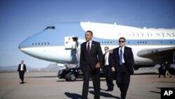 25일 아리조나 주 피닉스 공항에 내리는 오바마 대통령. 3일간의 일정으로 6개주 방문 예정.