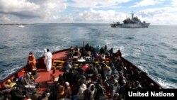 Des réfugiés sont à bord d'un bateau qui va les amener au port de Pozzallo, en Italie, en février 2015.
