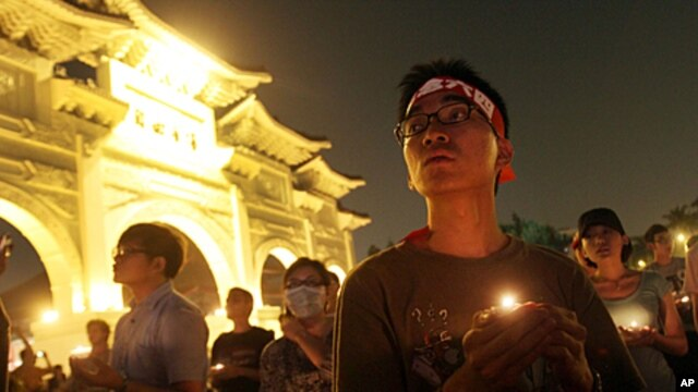 Demonstrators hold a candlelight vigil for protesters crushed during the 1989 Tiananmen Square protests in Beijing at the Liberty Square of the Chiang Kai-shek Memorial Hall, in Taipei, Taiwan, June 4, 2011.