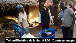 Une patiente guérie d'Ebola reçoit son kit de réinsertion composé de rations de nourriture et d'équipements de maison dans la province de l'Equateur, RDC, 2 juin 2018. (Twitter/Ministère de la Santé RDC)