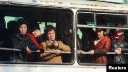 지난 12일 북한 평양 시내에서 버스를 이용하는 시민들.