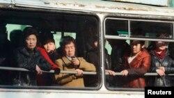 지난 12일 북한 평양 시내에서 공공버스를 이용하는 시민들.