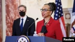 Mantan duta besar Amerika Serikat Gina Abercrombie-Winstanley berpidato setelah Menteri Luar Negeri AS Antony Blinken mengumumkan penunjukkannya sebagai kepala keragaman, di kantor Departemen Luar Negeri, di Washington, Senin, 12 April 2021.