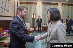 台湾总统蔡英文星期一在总统府会见美国亚利桑那州联邦众议员加耶戈 (图片来源:台湾总统府)