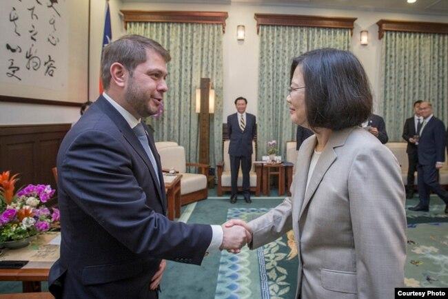 台灣總統蔡英文星期一在總統府會見美國亞利桑那州聯邦眾議員加耶戈(圖片來源:台灣總統府)
