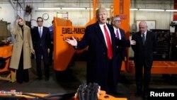 Президент США Дональд Трамп на заводе H&K Equipment Company в Кораополис в штате Пенсильвания. 18 января 2018 г.