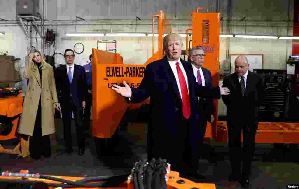 Трамп выступает перед рабочими завода в Пеннсильвании(Фото: AP/Evan Vucci)