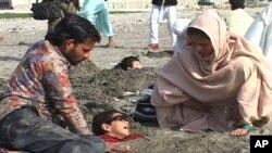 بچوں کو دھڑ تک سمندر کی ریت میں دبایا گیا ہے