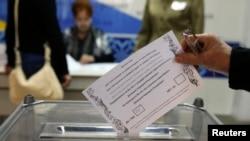 """На фото : """"референдум"""" у східній Україні"""