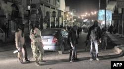 Borci Slobodne sirijske armije obezbeđuju noćne demonstracije u jednom od predgrađa Damaska
