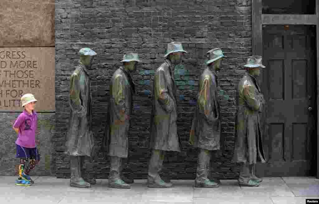 "Vaşinqton - Franklin Ruzvelt Memorialında ""The Breadline"" heykəli"