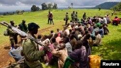 Des soldats congolais gardent des éléments du M23 qui se sont rendus dans le village de Chanzo dans le territoire de Rutshuru, près de la ville de Goma, le 5 novembre 2013.