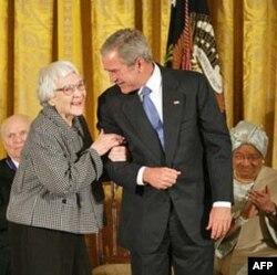 Nhà văn Harper Lee với Tổng thống Georges W. Bush tại tòa Bạch Ốc năm 2007, khi bà được trao giải Presidential Medal of Freedom nhờ ảnh hưởng sâu xa của cuốn To Kill A Mockingbird đối với phong trào tranh đấu cho quyền công dân tại Mỹ vào thập niên 1960.