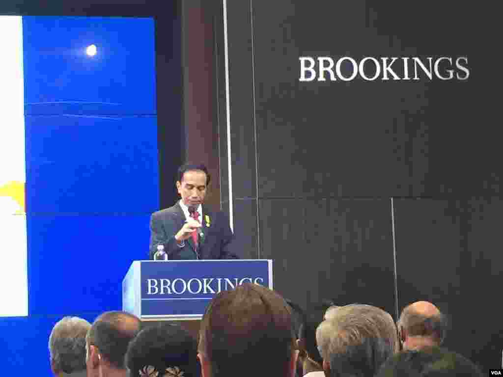Presiden Joko Widodo berbicara di lembaga Brookings Institution di Washington, DC (27/10). (VOA/Priyo Pujiwasono)