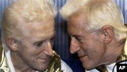 지난 1986년 자신의 모형 인형을 바라보는 지미 새빌(오른쪽)의 생전 모습. (자료사진)