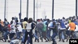 Aksi-aksi kekerasan terus terjadi di ibukota Abidjan setelah Presiden Laurent Gbagbo menolak untuk meletakkan jabatan.