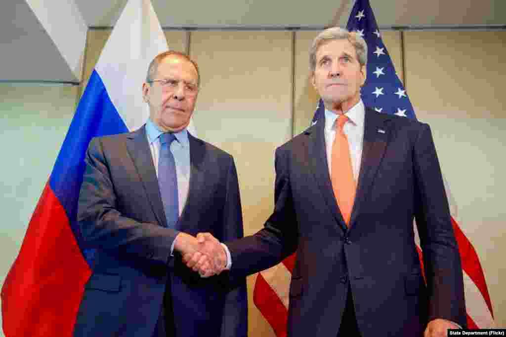 جرمنی میں امریکہ کے وزیر خارجہ جان کیری روس کے وزیر خارجہ سرگئی لاوروف سے مصافحہ کر رہے ہیں۔