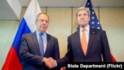 美国国务卿克里(右)与俄罗斯外长拉夫罗夫在德国慕尼黑举行双边会谈前握手.(2016年2月11日)