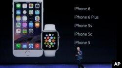 CEO Apple Tim Cook saat memperkenalkan Apple Watch dan iPhone 6, September 2014 di California. (AP/Marcio Jose Sanchez)