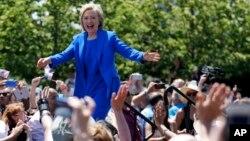 Хиллари Клинтон приветствует своих сторонников перед выступлением на нью-йоркском острове Рузвельта. Нью-Йорк. 13 июня 2015 г.